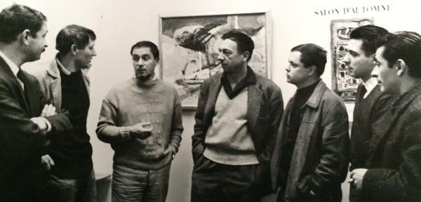 François Baron-Renouard devant une de ses oeuvres échangeant avec ses confrères du Salon d'Automne