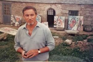Baron-Renouard devant sa maison et son atelier d'été en Bretagne